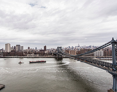 View of downtown Manhattan over the East river - p343m1031807 by Sasha Maslov
