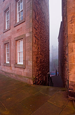 Alley in Berwick-upon-Tweed, Northumberland,England,UK - p644m728676 by Chris Parker