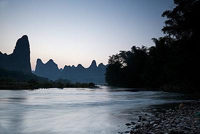Li Fluß in der Abenddämmerung - p719m1582749 von Rudi Sebastian
