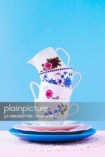 plainpicture - plainpicture p1149m2027195 - Stack of coffee cups - plainpicture/Yvonne Röder