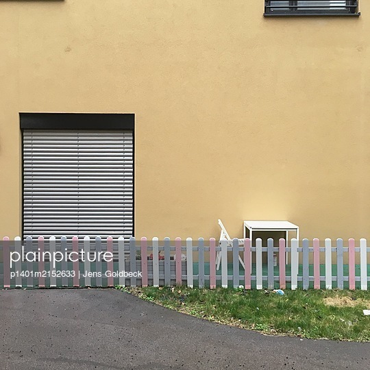 Wooden fence in front of a building - p1401m2152633 by Jens Goldbeck