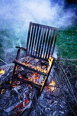 Brennender Stuhl - p1053m1006954 von Joern Rynio