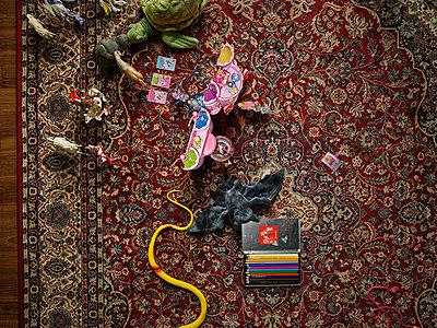 Toys on carpet in nursery - p1171m1540451 by SimonPuschmann