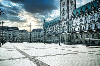 Deserted townhall square, Hamburg, shutdown due to Covid-19 - p1276m2178394 by LIQUID