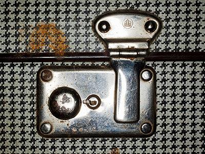Old suitcase - p4130493 by Tuomas Marttila