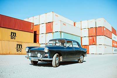 Oldtimer against stacked containers - p608m2192841 by Jens Nieth