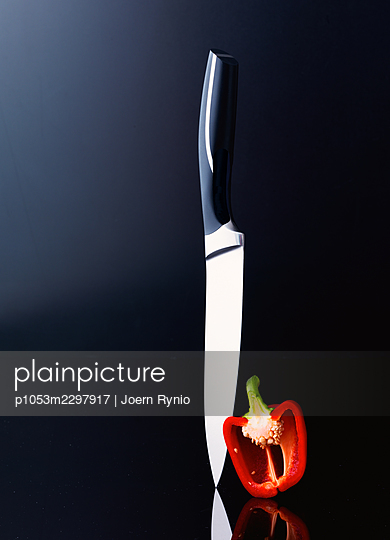 Chef's knife with sliced vegetables - p1053m2297917 by Joern Rynio