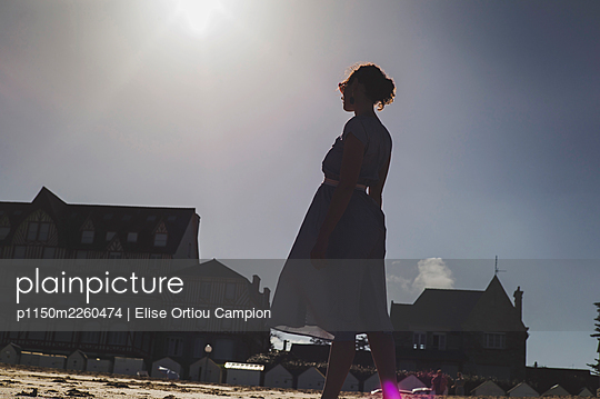 Silhouette of a woman on the beach - p1150m2260474 by Elise Ortiou Campion