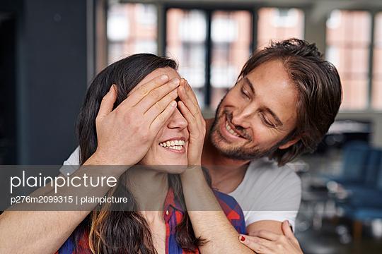 Paar zu Hause - p276m2099315 von plainpicture