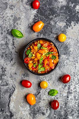 Bowl of tomato basil dip - p300m2013025 von Sandra Roesch