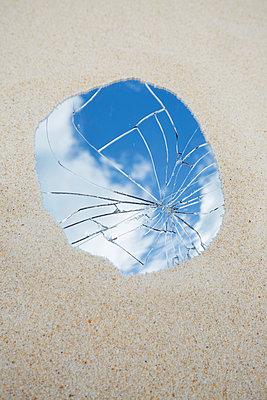 Der zerbrochene Spiegel - p464m2026396 von Elektrons 08