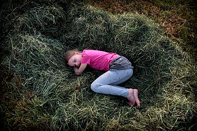 Little girl resting on hay - p896m834766 by Stijn Rademaker