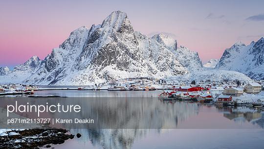 Reine fishing village in winter, Reinefjord, Moskenesoya, Lofoten Islands, Arctic, Norway - p871m2113727 by Karen Deakin
