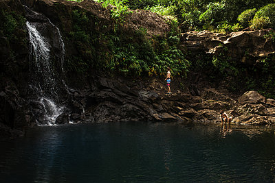Two boys in a waterfall pool in Maui - p1166m2078381 by Cavan Images