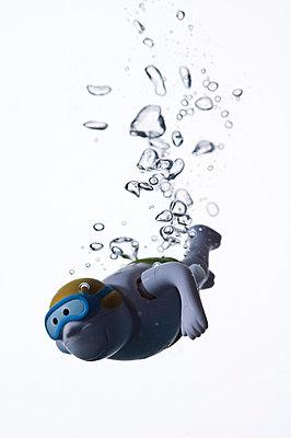 Taucher; Kinderspielzeug im Wasser - p3050253 von Dirk Morla