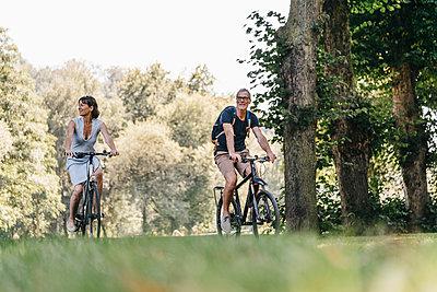 Paar mit Fahrrad unterwegs - p586m1172016 von Kniel Synnatzschke