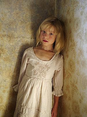 Blondes Mädchen steht in der Ecke - p945m1468047 von aurelia frey