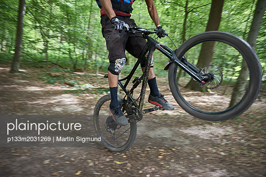 Mountainbiker - p133m2031269 von Martin Sigmund