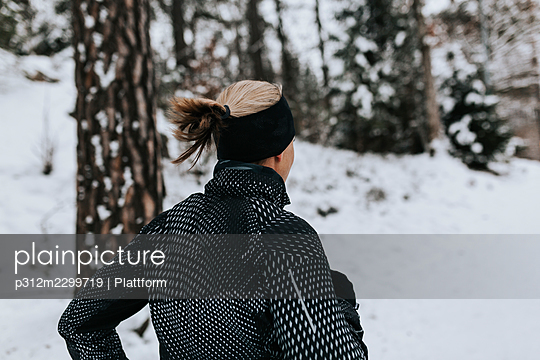 Woman jogging at winter - p312m2299719 by Plattform