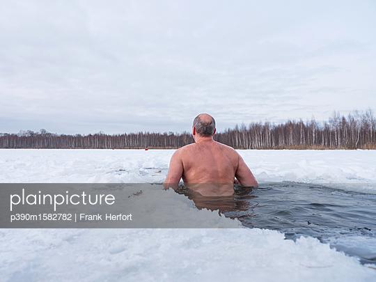 Russe beim Eisbaden in Moskau - p390m1582782 von Frank Herfort