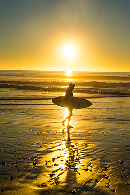 USA, California, Del Mar, Surfer at the beach at sunset - p300m2083819 by Michael Runkel