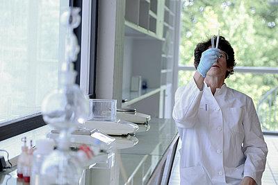 Female chemist working in lab - p300m950682f by Sigrid Gombert