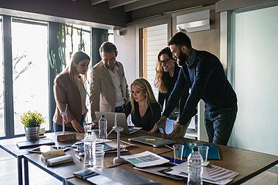 Businessmen and businesswomen having brainstorming meeting in office - p429m2078739 by Garage Island Crew