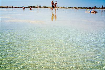 People bathing in shallow water - p1053m2008686 von Joern Rynio