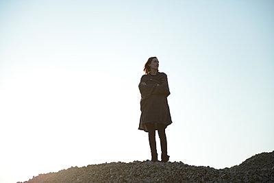 Frau steht auf einem Hügel - p1267m1201101 von Wolf Meier