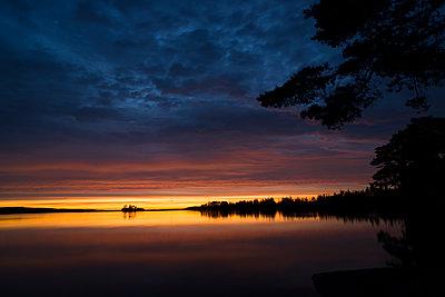 Sonnenuntergang am Vikensee in Schweden - p271m1194645 von Michael Jörrn