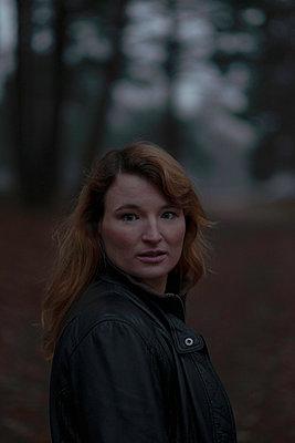Frau im Wald - p299m2043859 von Silke Heyer