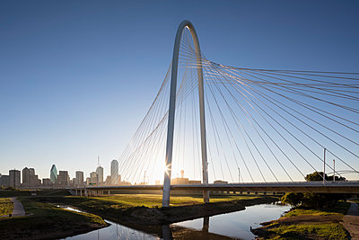 USA, Texas, Dallas, Margaret Hunt Hill Bridge and skyline at sunrise - p300m1449904 by Fotofeeling