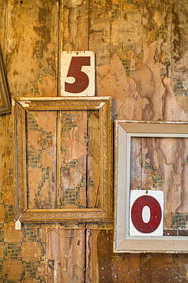 Empty picture frames and numbers on wall - p429m767866 by dotdotred