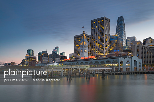 USA, California, San Francisco, Ferry house and Financial District in the evening - p300m1581325 von Markus Kapferer