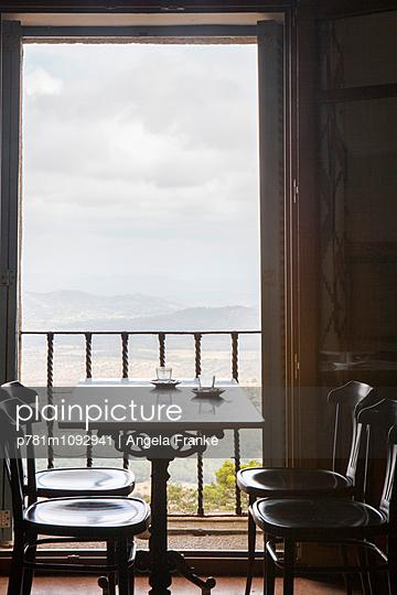Café mit Aussicht - p781m1092941 von Angela Franke