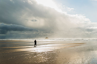 France, Bretagne, Finistere, Crozon peninsula, woman walking on the beach - p300m1120815f by Uwe Umstätter