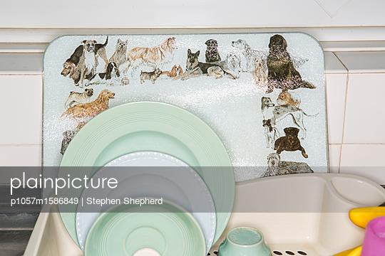 Ein Abtropfbrett mit Geschirr - p1057m1586849 von Stephen Shepherd