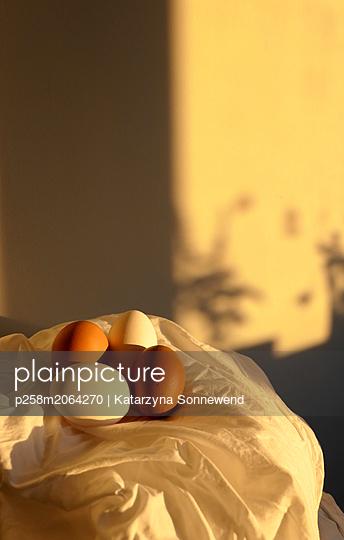Eier im Abendlicht - p258m2064270 von Katarzyna Sonnewend