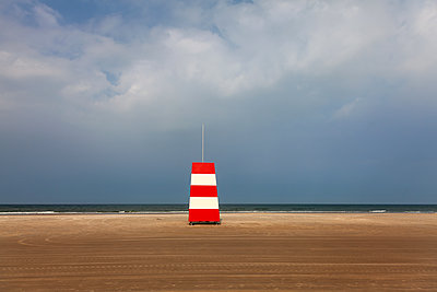 Lifeguard tower at the beach - p1168m2026608 by Thomas Günther