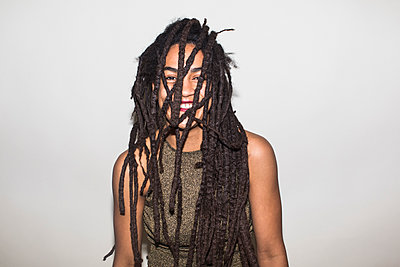 Young woman with dreadlocks - p1301m1561819 by Delia Baum