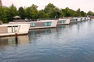 Moderne Hausboote in Reih und Glied - p229m2004810 von Martin Langer