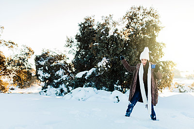 Madrid, Spain. Woman spending time in the snowy countryside in warm clothes. - p300m2286919 von Manu Reyes