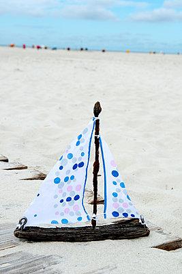 Schiffchen aus Strandgut - p451m1057389 von Anja Weber-Decker