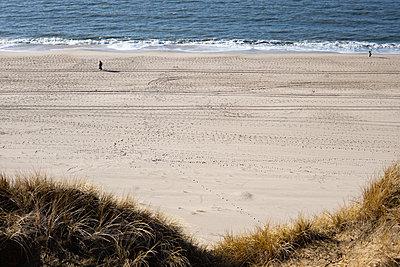 Wanderer am Strand von Kampen - p741m2254122 von Christof Mattes