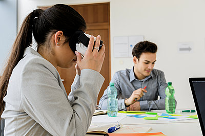 Germany, Bavaria, Munich, Women wearing VR goggles in office - p924m2271260 by suedhang photography
