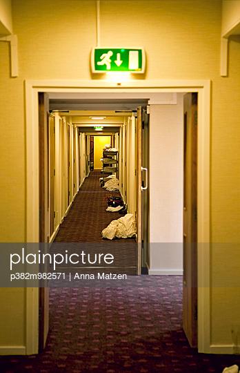 Hotelflur - p382m982571 von Anna Matzen