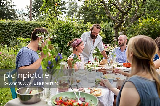 Freunde auf einer Gartenparty - p788m1165359 von Lisa Krechting