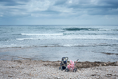 Kinderwagen am Strand - p1200m1147180 von Carsten Görling