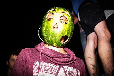 Mann mit Wassermelone auf dem Kopf - p1301m1132697 von Delia Baum