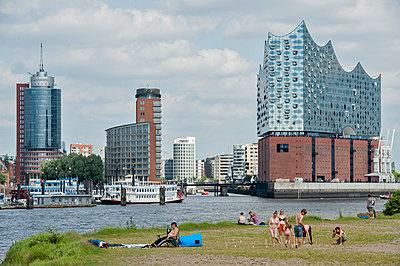 Skyline von Hamburg mit Elbphilharmonie - p229m1461319 von Martin Langer